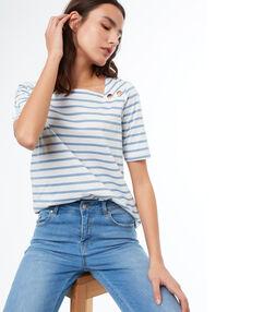 T-shirt à rayures bleu clair.