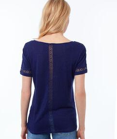 T-shirt col v avec détails guipure bleu indigo.