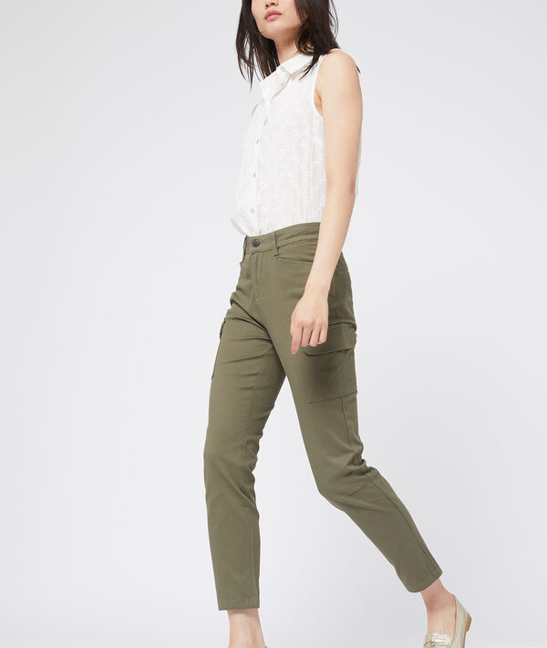 Pantalón ajustado con bolsillos