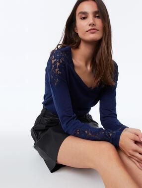 Jersey en v detalles guipur azul marino.