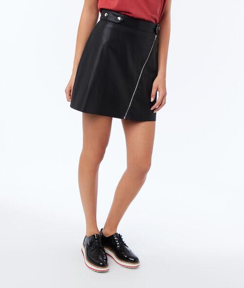 Falda con cremalleras efecto piel