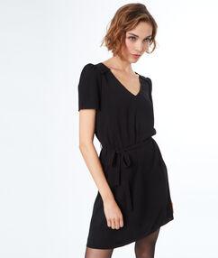 Vestido ajustado con cinturón negro.
