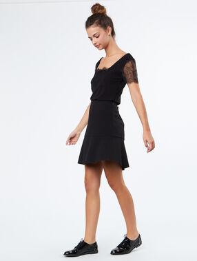 Falda con volantes negro.