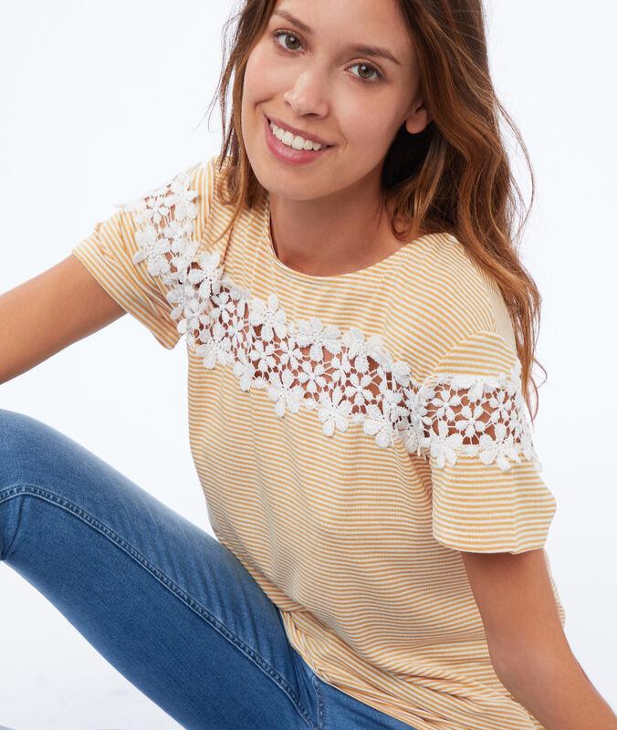 Camiseta estampado rayas y bordados flores amarillo.