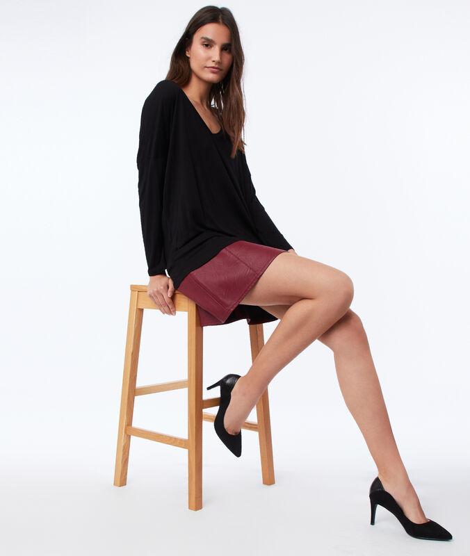 Camiseta manga larga lisa escote en v negro.