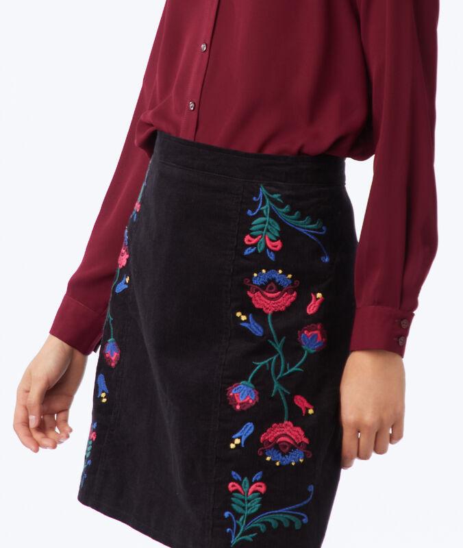 Falda recta con bordados florales negro.