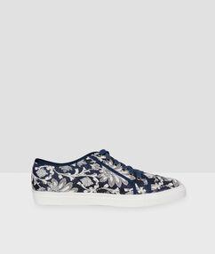 Zapatillas estampado floral azul marino.