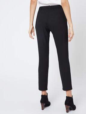 Pantalón alto con cinturón negro.