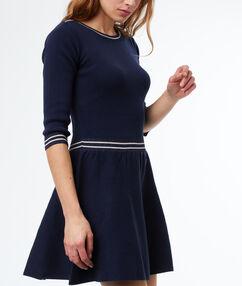Vestido ajustado azul marino.