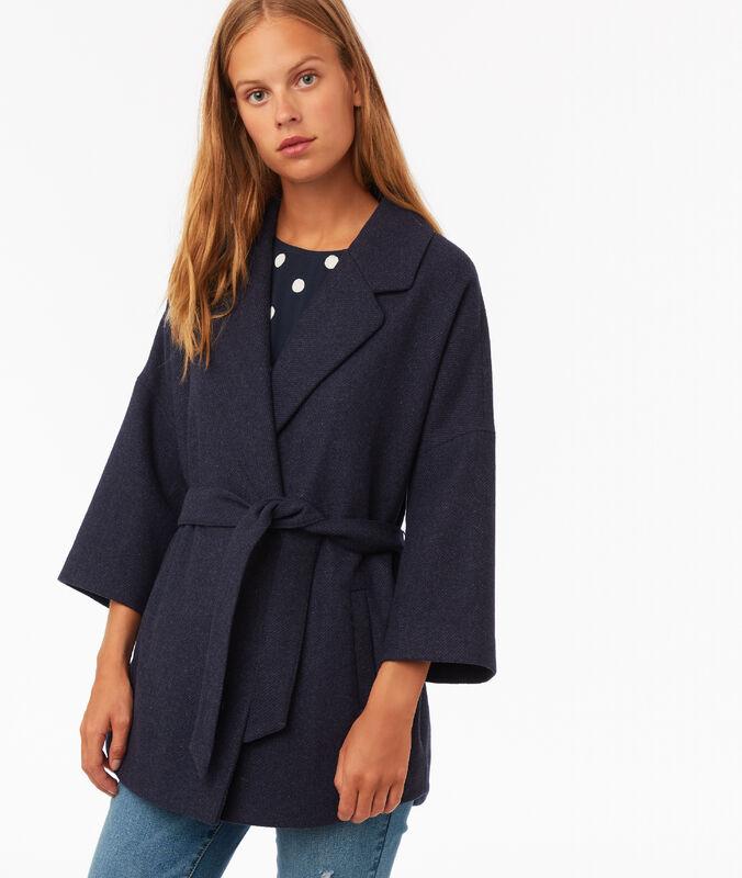 Abrigo liso 3/4 con cinturón azul marino.