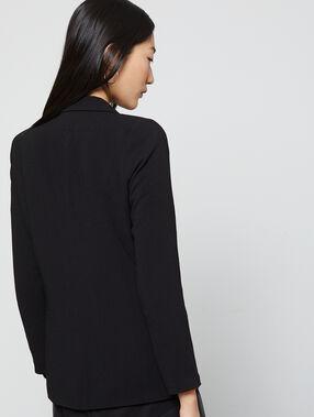Chaqueta entallada con dobladillo de color negro.