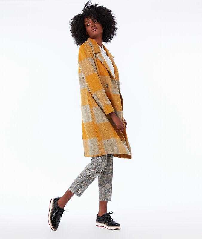 Abrigo largo estampado de cuadros amarillo.