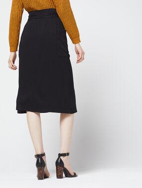 Falda midi abotonada negro.