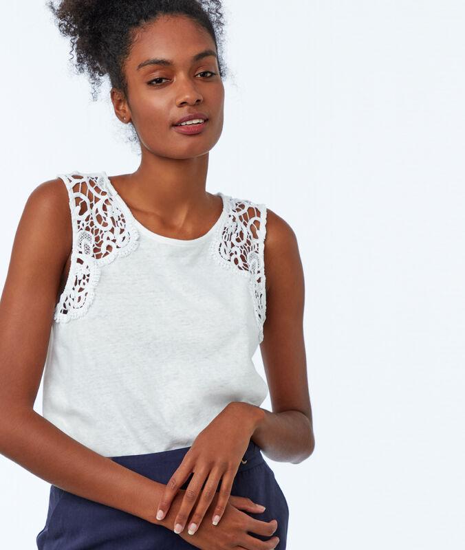 Top algodón con detalles de encaje blanco.