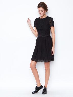 Vestido estilo evasé de encaje negro.
