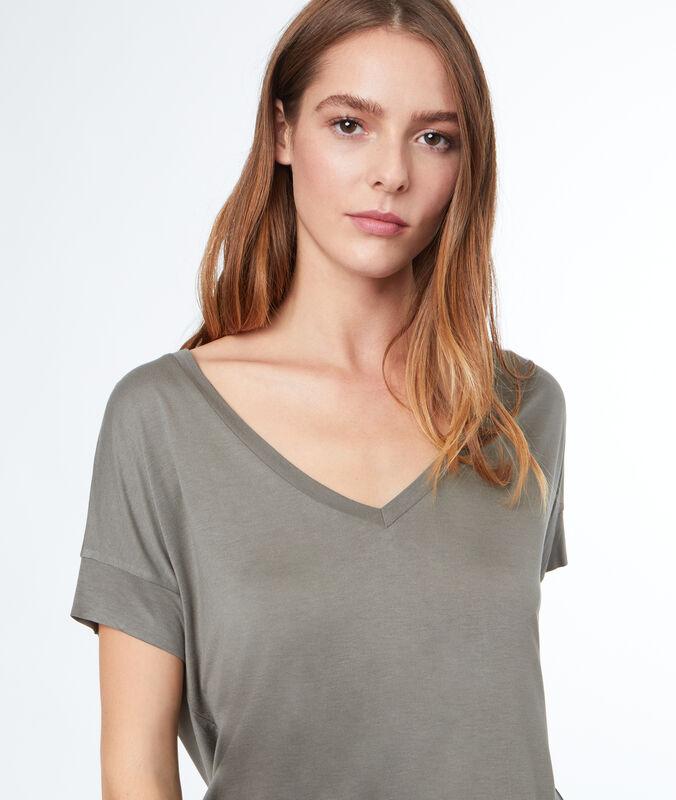 Camiseta escote en v caqui claro.
