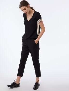 Camiseta escote en v franjas laterales negro.