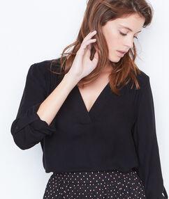 Camisa escote en v negro.