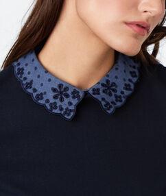 Camiseta cuello camisero azul marino.