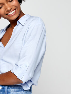 Camisa acanalada cuello en v azul cielo.