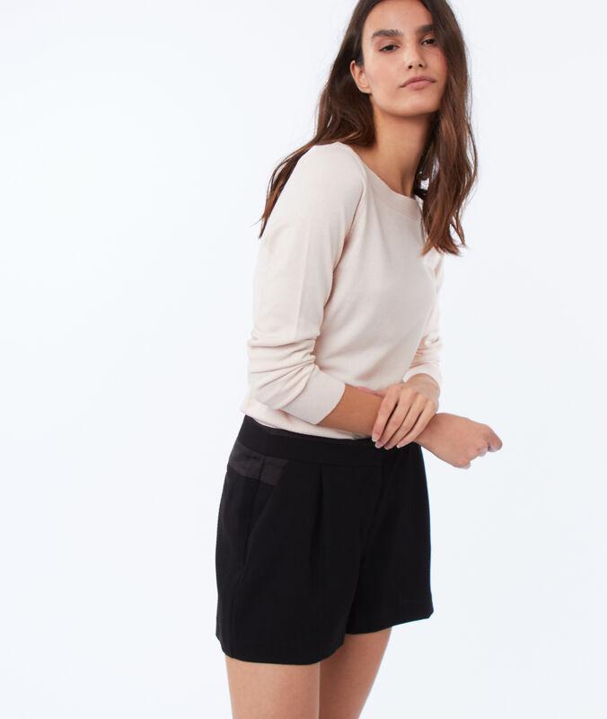 Pantalón corto liso negro.