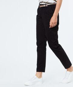 Pantalon capri en coton noir.