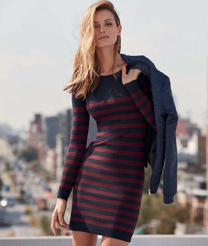Vestido tipo jersey estampado a rayas azul marino.