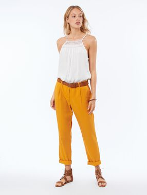 Pantalón corte zanahoria tencel amarillo.