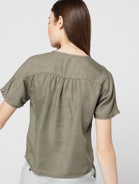 Blusa abotonada en tencel caqui calro.