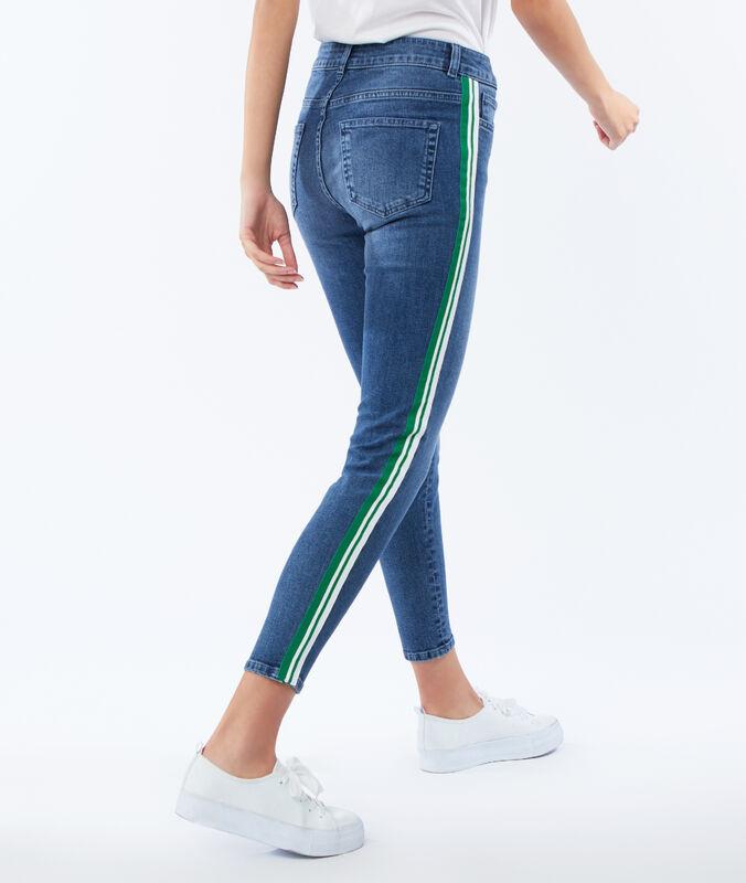 Pantalón vaquero estrecho franja lateral azul claro.