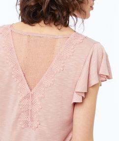 T-shirt col v à guipures rose pâle.
