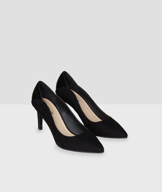 Zapatos con tacón negro.
