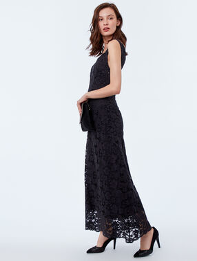Robe longue en dentelle noir.