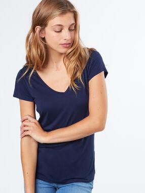 Camiseta escote en v azul.