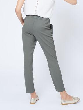 Pantalón alto con cinturón caqui.