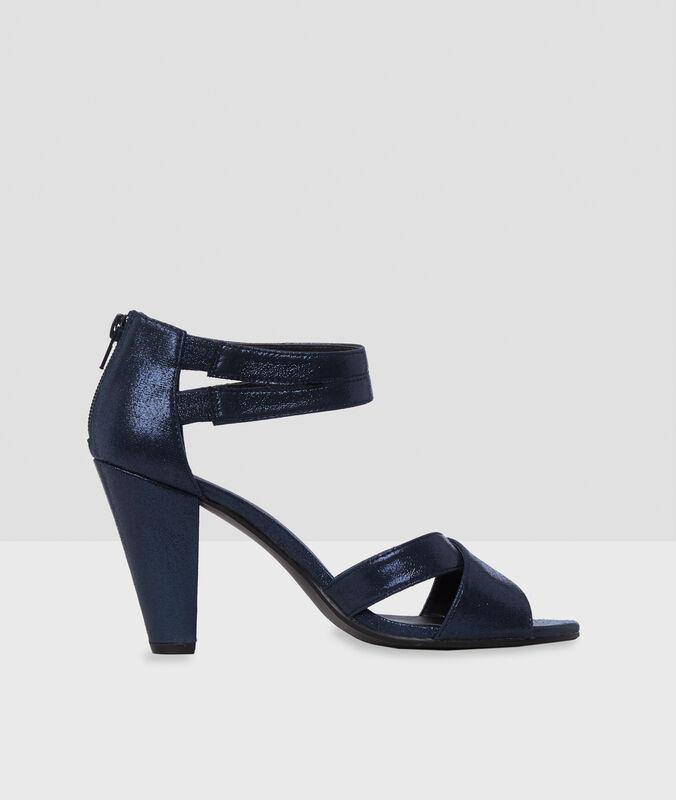 Sandalias con tacón azul marino.