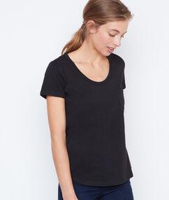 Camiseta manga corta de algodón negro.