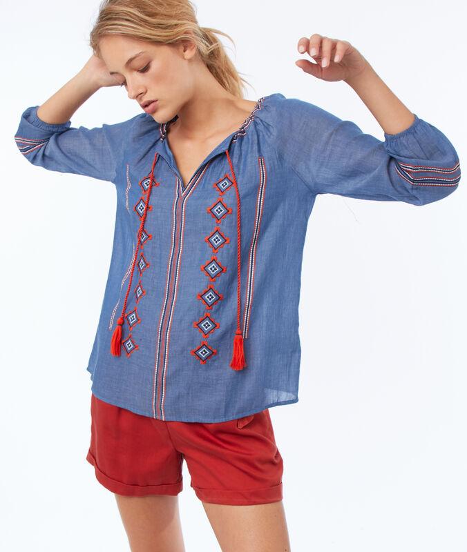 Blusa bordada cuello tunecino azul cielo.