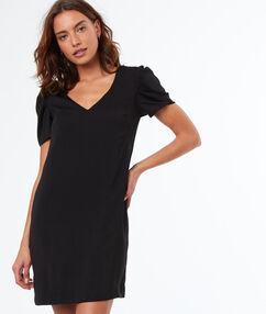 Vestido recto escote en v negro.