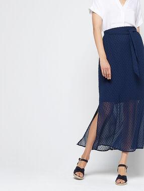 Falda larga de plumetis azul.