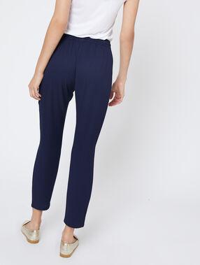 Pantalón alto con cinturón azul.