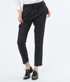 Pantalon 7/8 noué à la taille noir.