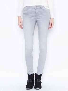 Pantalón vaquero pitillo gris claro.