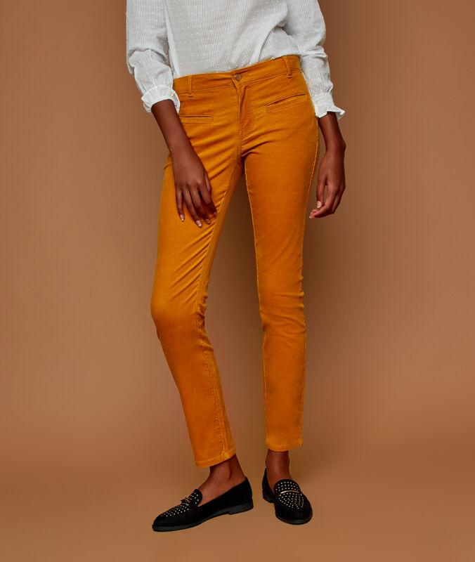 Pantalón estrecho de terciopelo amarillo.