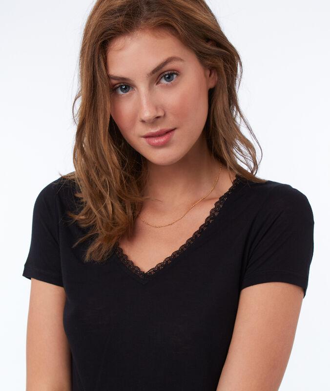 Camiseta escote en v detalles de encaje negro.