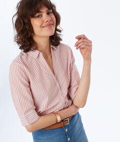 Chemisier à rayures en coton rose pâle.