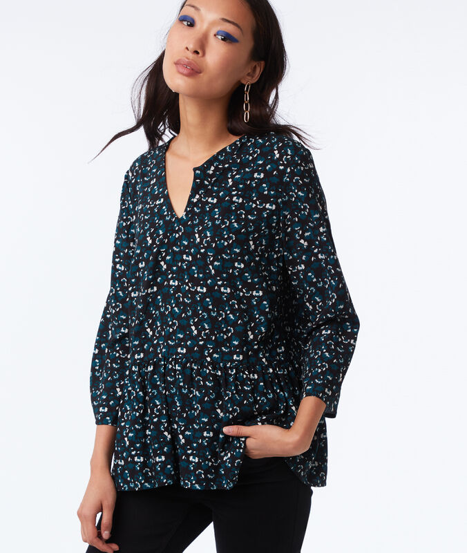 Blusa escote en v estampado floral negro.