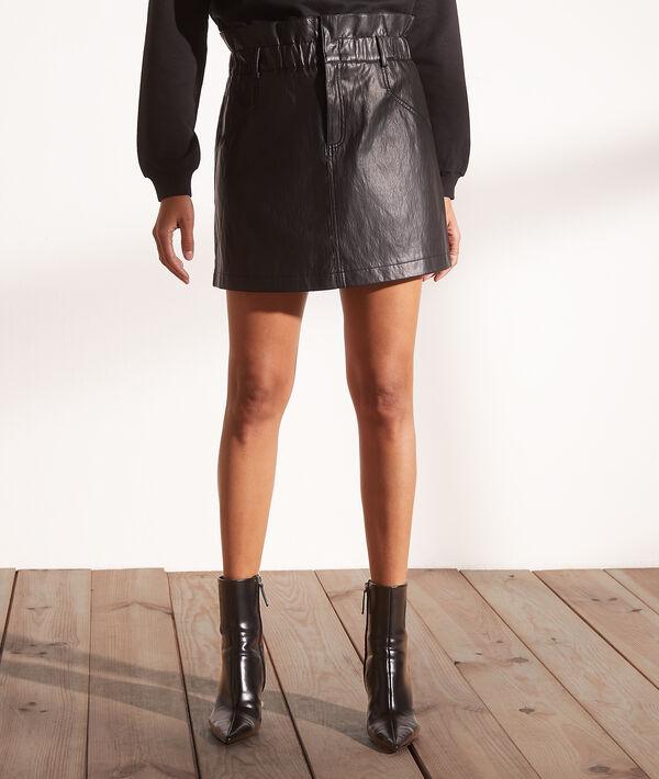 Falda corta efecto piel