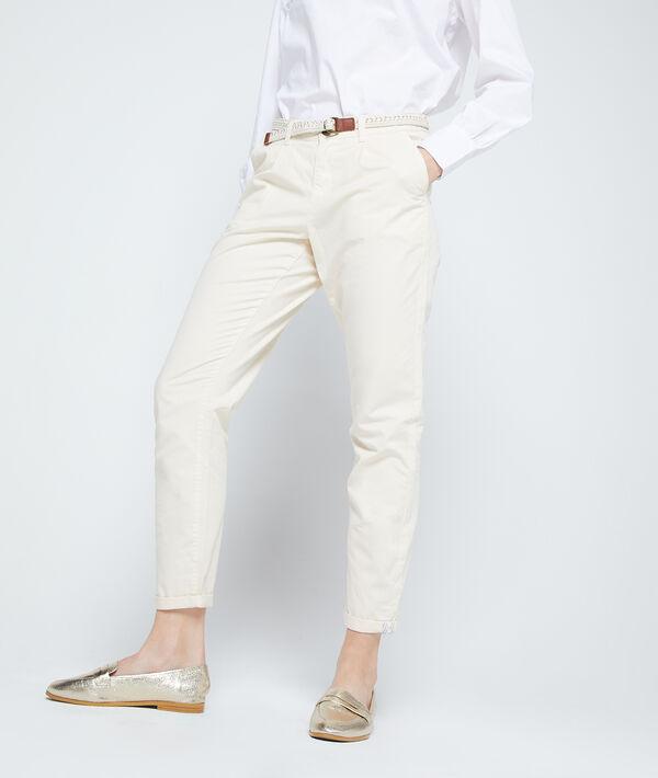 Pantalón chino con cinturón y algodón bio