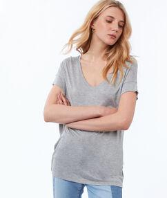 Camiseta escote en v gris claro.